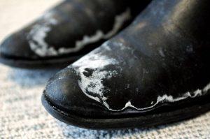 2a6ee90aafa6 Jak pozbyć się soli z butów  - Dbamy o Buty